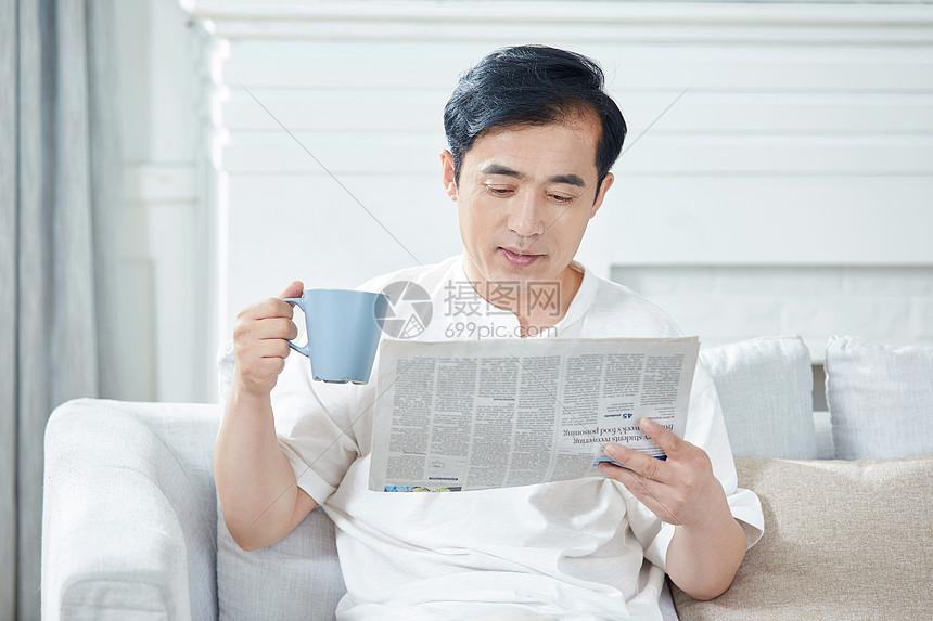 中年男性在家看报纸图片