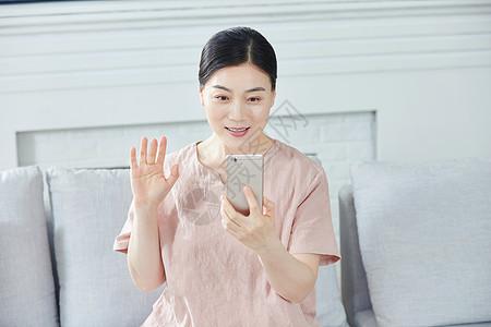 中年女性用手机视频通话图片