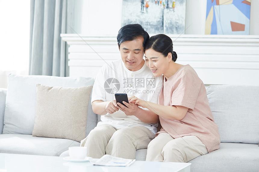 中年夫妇玩手机图片