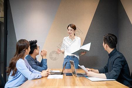 职场白领会议室开会图片