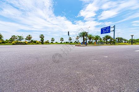 蓝天白云下公路图片