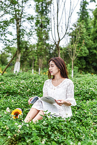 坐在草坪看书学习的女生图片