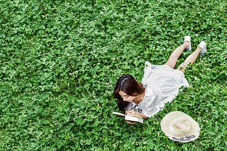 趴在草坪看书学习的女生图片