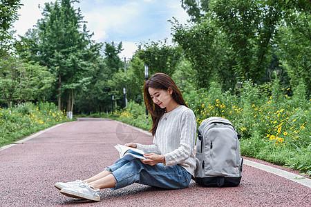 坐在地上看书学习的女同学图片