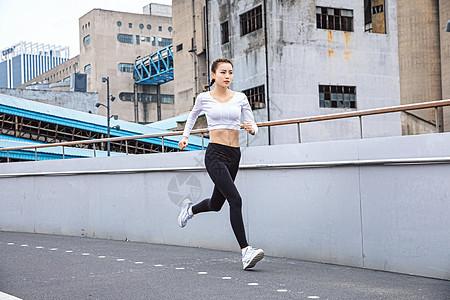 运动女性跑步图片