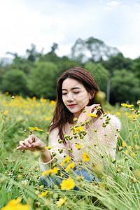 蹲在草坪中的女生图片