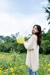 花园玩气球的女生图片