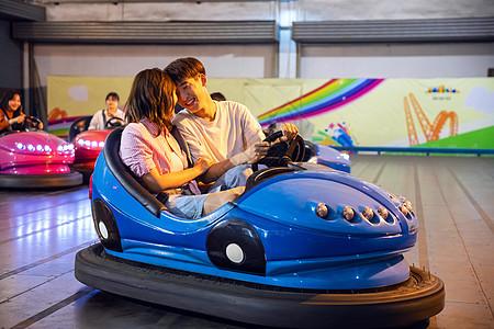 情侣游乐园开碰碰车图片