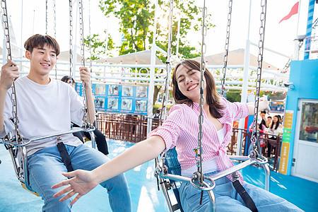 情侣游乐园玩旋转飞椅图片