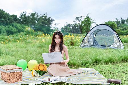 坐在草坪上用电脑的女生图片
