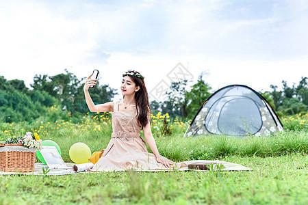 坐在草地上自拍的美女图片