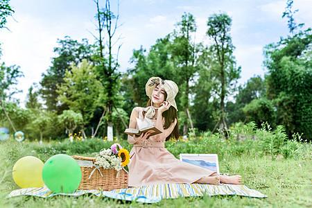 坐在草地看书的女生图片