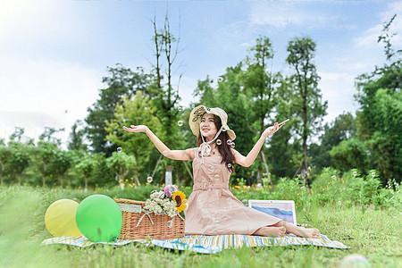 野餐坐着玩耍的美女图片