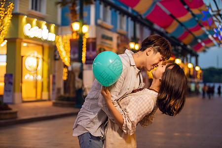 游乐园情侣夜晚亲吻图片