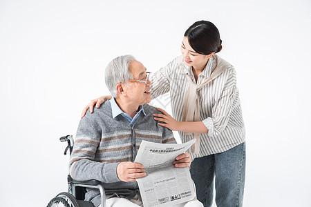 护工陪伴老人看报纸图片