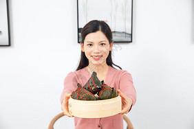 美女端午节包粽子图片