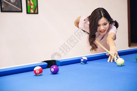 青年女性打台球图片