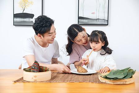 一家人吃粽子图片