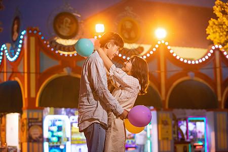 情侣游乐园夜景拥抱图片
