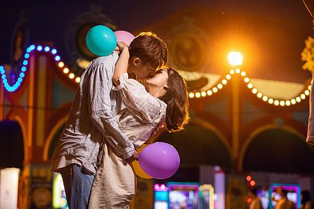 情侣游乐园夜景亲吻图片