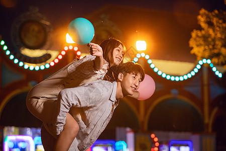情侣游乐园夜场玩耍图片