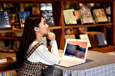 图书馆玩电脑的女生图片