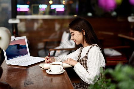 喝咖啡学习的女生图片