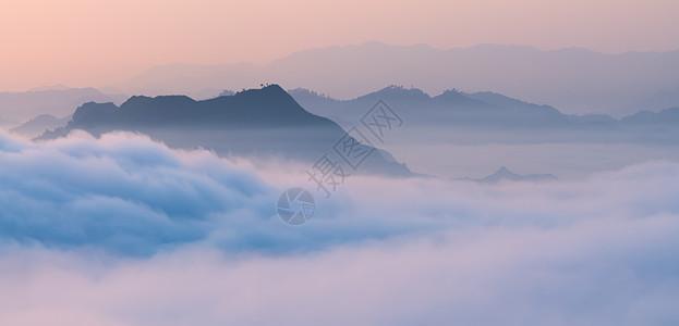 云雾缭绕山水风光图片
