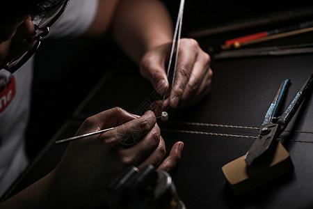 匠人雕琢的手图片