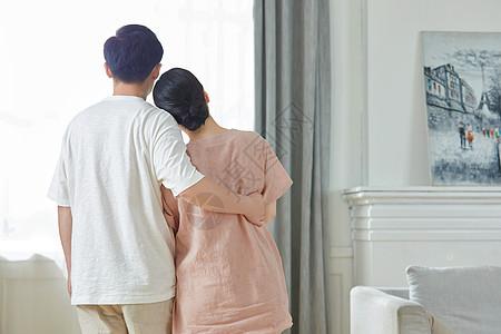 中年夫妇相拥背影图片