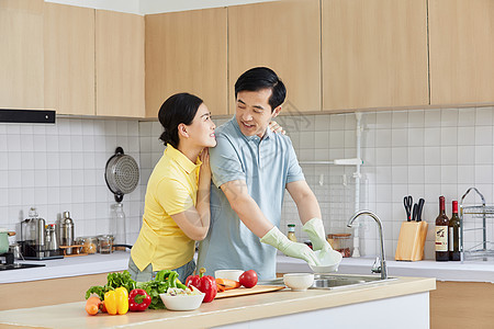中年夫妻厨房洗碗图片