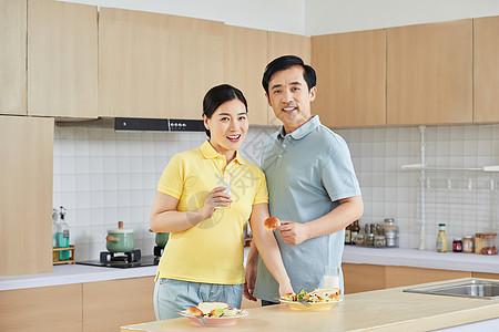 中年夫妇餐厅吃早餐图片