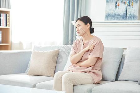 中年女性在家生闷气图片