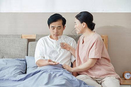 妻子照顾丈夫吃药图片