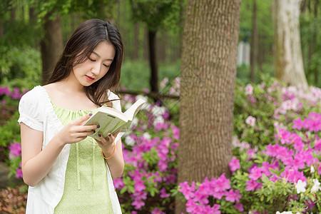 青春美女户外阅读图片