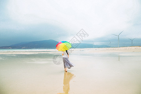 海边撑伞美女背影图片
