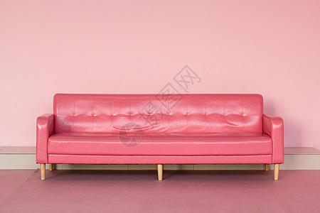 粉色空间里的玫红色皮质长沙发图片