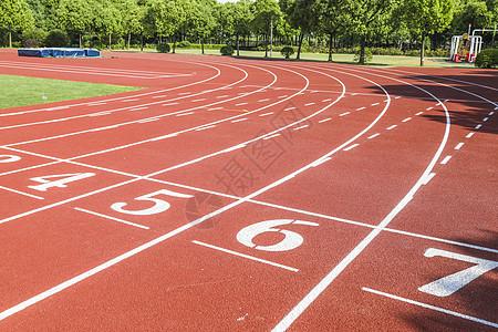 学校运动场上的跑道图片