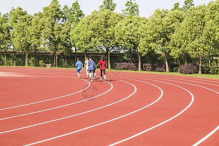 学校操场跑道和正在跑步的学生图片