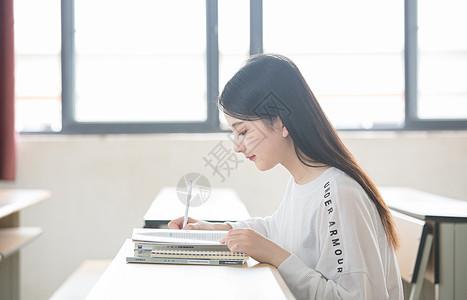 校园小清新美女写作业图片
