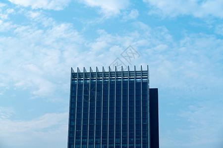 蓝天白云下的城市商务中心写字楼图片