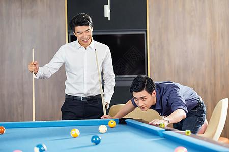 两个男士打台球图片