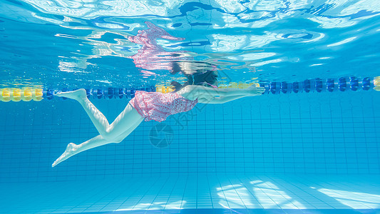 儿童水下游泳图片