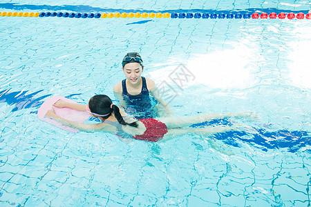 儿童游泳培训上课图片