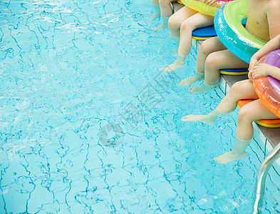 儿童游泳班上课图片
