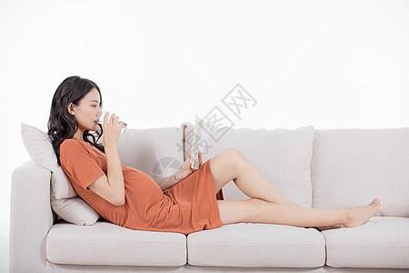 孕妇躺沙发上喝水图片
