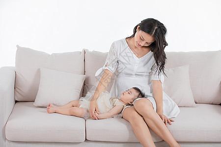 妈妈抱着宝宝睡觉 图片