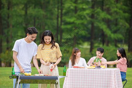 青年朋友聚会野餐烧烤图片