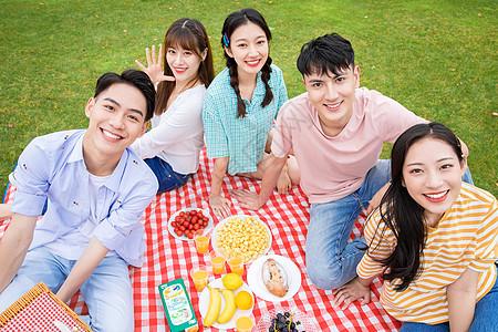 青年朋友聚会野餐图片