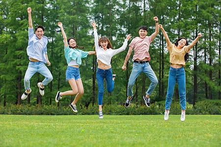 青年大学生户外娱乐图片